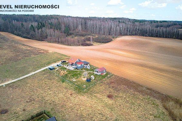 Dom na wzgórzu z pięknymi widokami