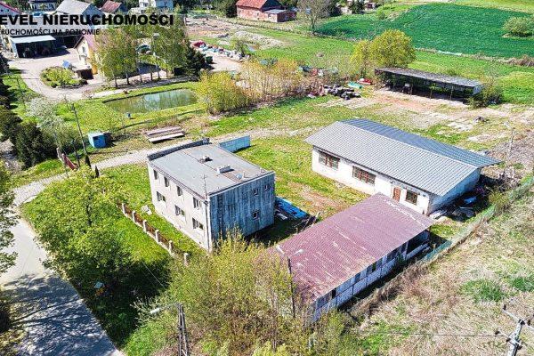 Dom z halą przemysłową